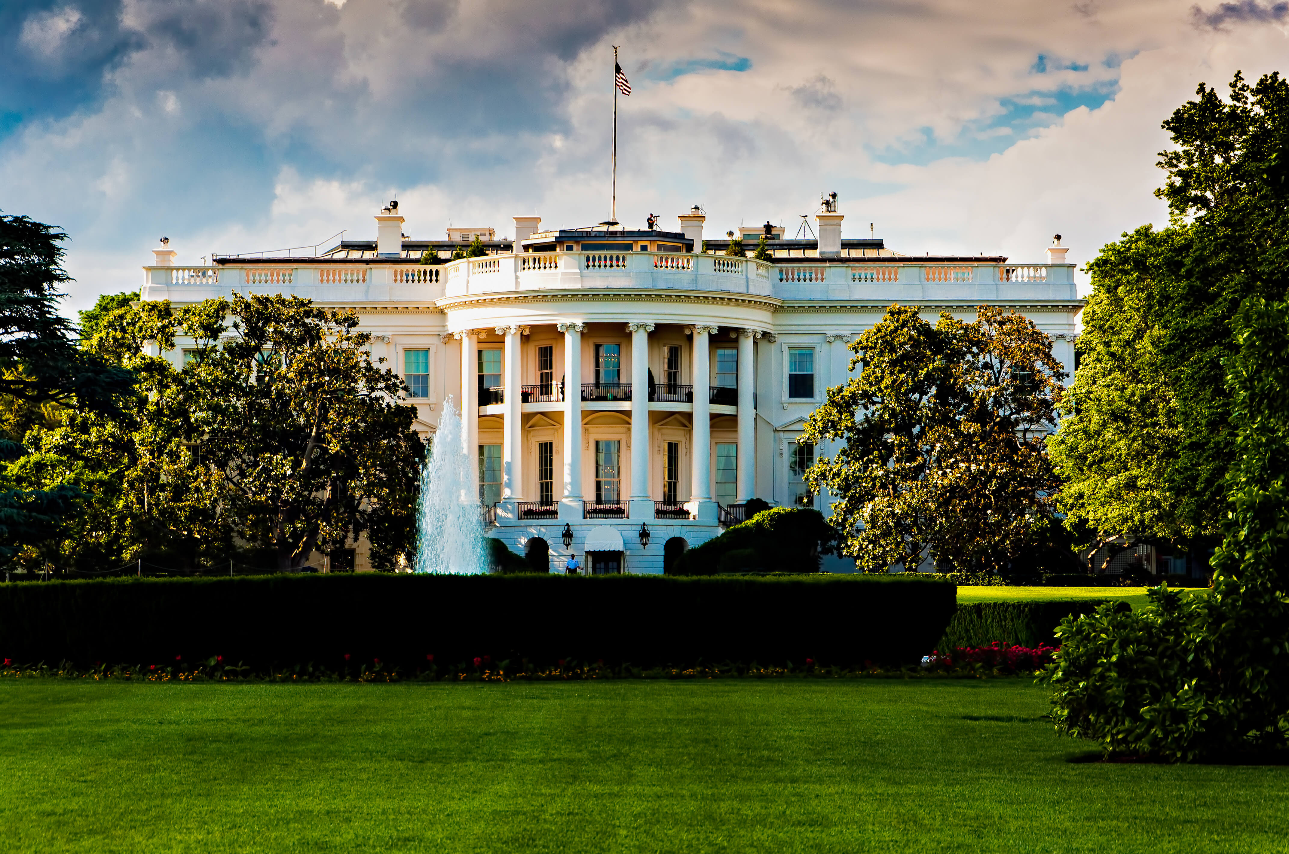 image of the white house against a cloudy sky