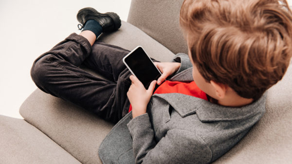 kid with smartphone